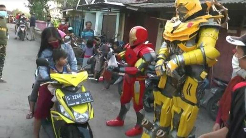 Kenakan Kostum Robot Super Hero, Pemuda di Desa Ini Edukasi Warga agar Jaga Prokes
