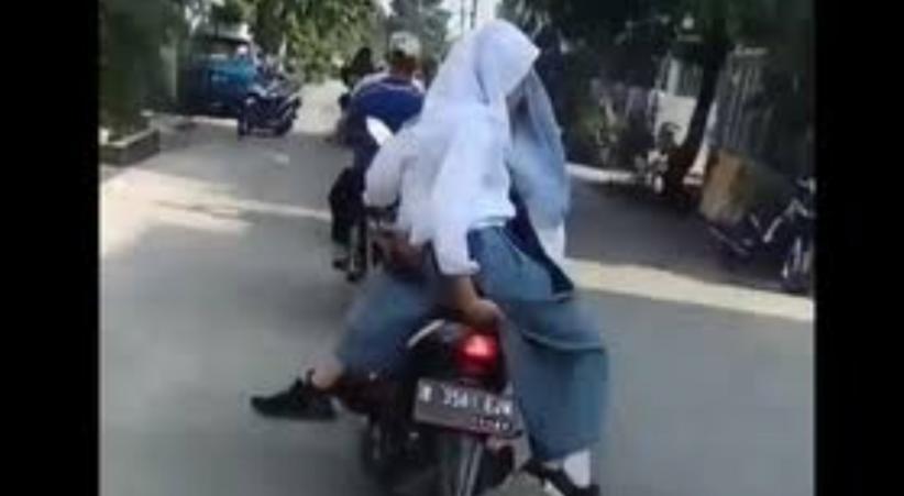 Peringatan bagi Perempuan, Jangan Boncengan Motor Posisi Duduk ke Samping Sangat Berbahaya