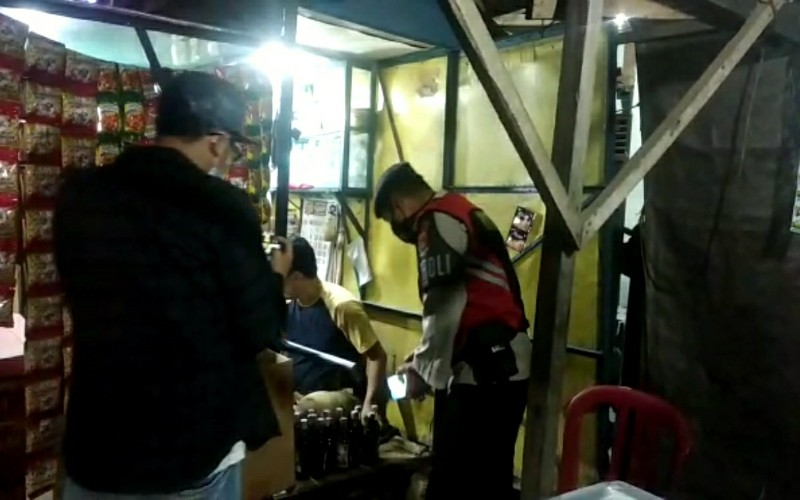 Puluhan Dus Miras dan Tuak Diangkut dari Lapak Pinggir Jalan di Palembang