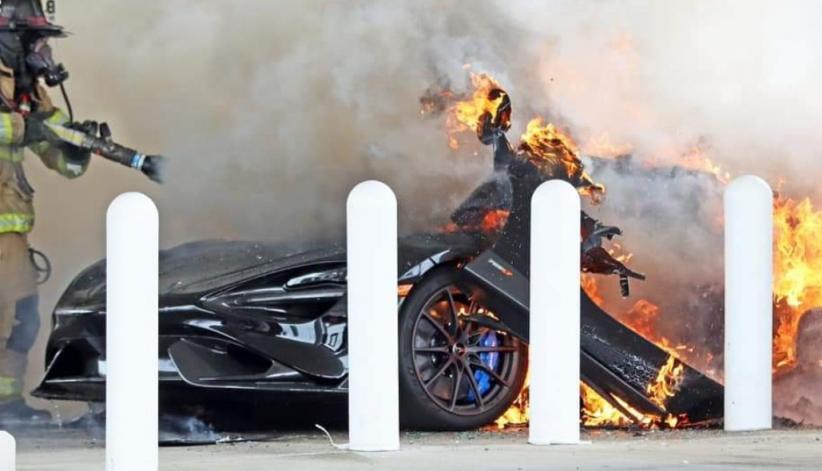 Supercar Langka McLaren 765LT Terbakar di Pom Bensin, Pemilik Bengong Mobil Baru Dibeli Rp5 Miliar Ludes