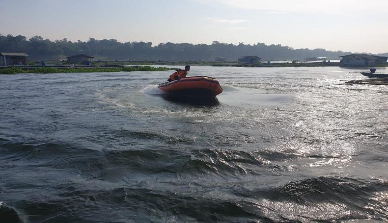 Wanita Bersweater Kuning Lompat dari Jembatan dan Hilang Terseret Sungai di Karawang