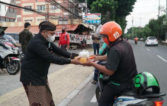 Pagar Nusa Bagikan Takjil dan Makanan Buka Puasa ke Pengguna Jalan di Jakarta