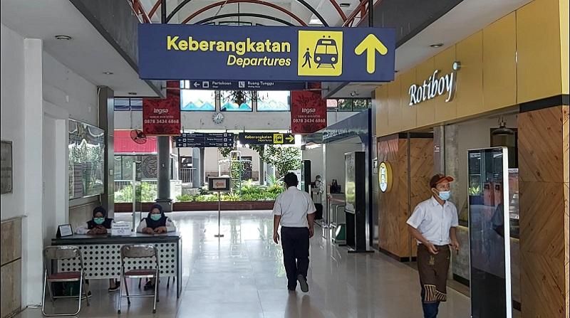 Buntut Larangan Mudik, Stasiun Gubeng Surabaya Mulai Sepi Penumpang