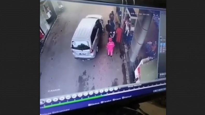 Terekam CCTV, Sopir Ngaku Polisi Aniaya dan Ancam Tembak Pengendara Motor di SPBU