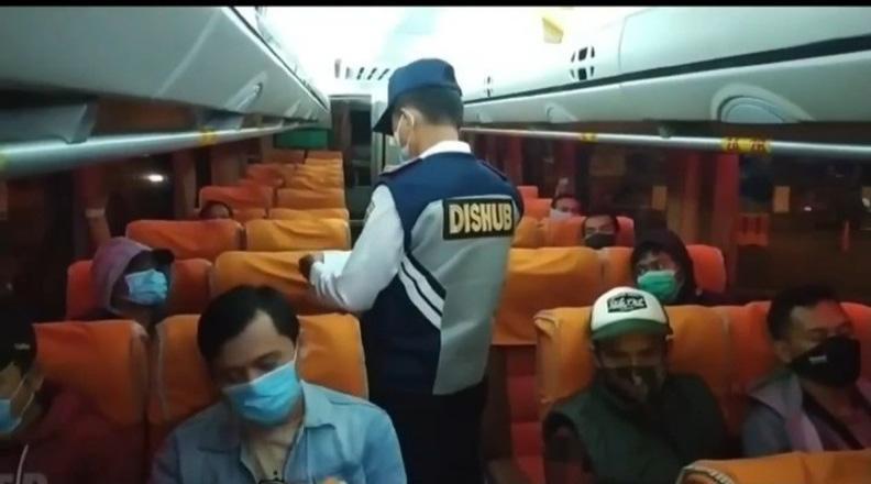 Ratusan Kendaraan asal Jakarta-Bandung Diadang di Cilacap, Puluhan Pemudik di Swab Antigen