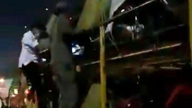 Viral Pemudik Kelabui Petugas dengan Nebeng Truk Pengangkut Motor di Tol Cikupa