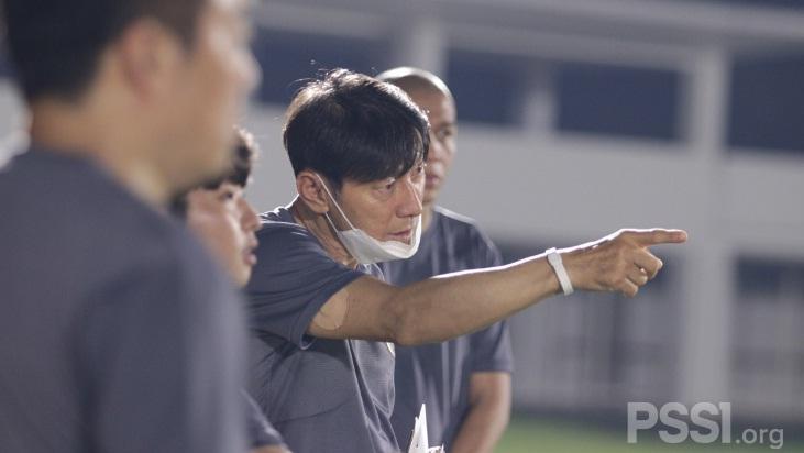 Tegas! Shin Tae-yong Jewer Pemain Timnas yang Makan Sembarangan