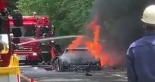 Ferrari Langka yang Dikendarai Suami Istri Terbakar di Jalan Tol