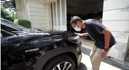 Mobil Hybrid Nyala Tak Ada Bunyinya, Sandiaga Uno Tepak Kap Mesin: Halo Ada yang di Dalam?