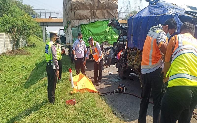 Pikap Tabrak Truk di Tol Tangerang-Merak, 2 Orang Tewas Terjepit
