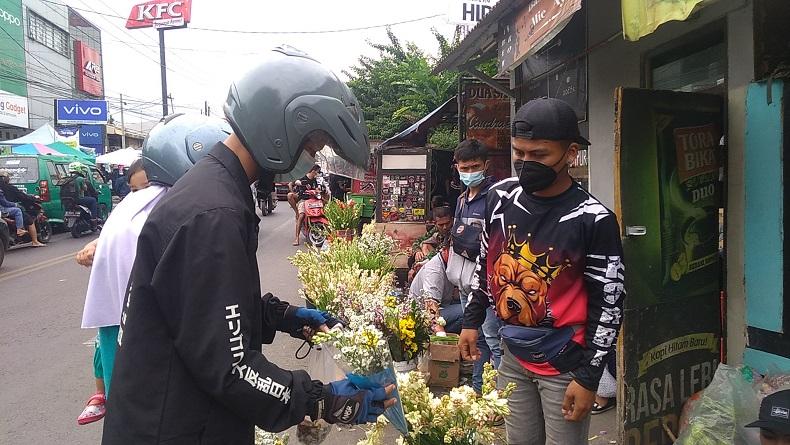 Jelang Hari Raya Idul Fitri, Pedagang Bunga di Bandung Banjir Pembeli