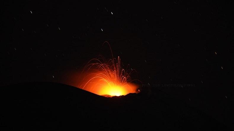 Gunung Ile Lewotolok Erupsi Sabtu Malam, Lontarkan Lava Pijar