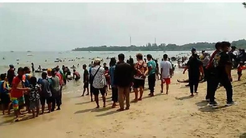 Hari Kedua Lebaran, Kawasan Pantai Anyer hingga Carita Ramai Dipadati Pengunjung