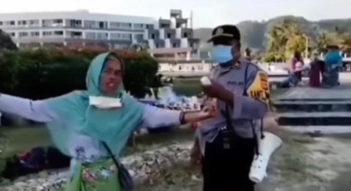Kocak, Ibu-Ibu Menolak Disuruh Pulang saat Liburan di Pantai Ngoceh Pakai Bahasa Inggris