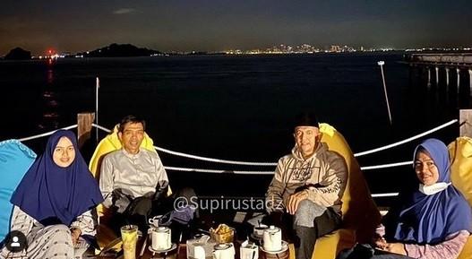 Ustaz Abdul Somad dan Istri Nikmati Pemandangan Singapura dari Kota Batam, Netizen Salah Fokus