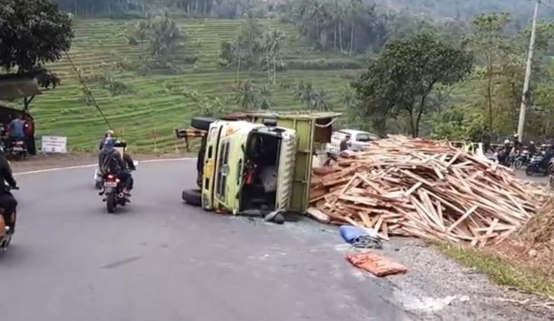 Truk Terguling di Tanjakan Gentong Tasikmalaya, Arus Kendaraan Macet 3 Km