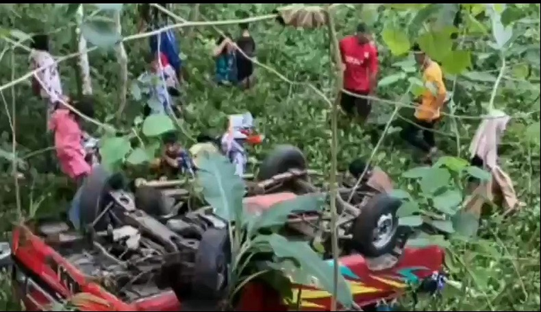 Pikap Terjun ke Jurang Sedalam 7 Meter di Ciamis, Belasan Penumpang Terlempar