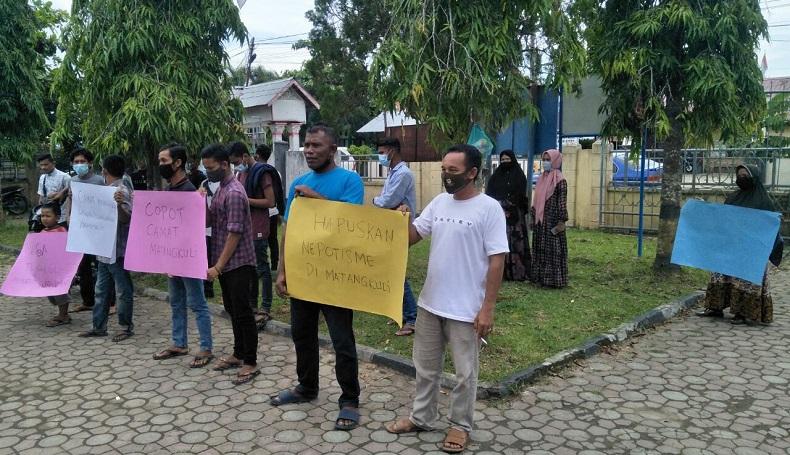 Warga Gampong Teungoh Aceh Utara Minta Camat Dicopot