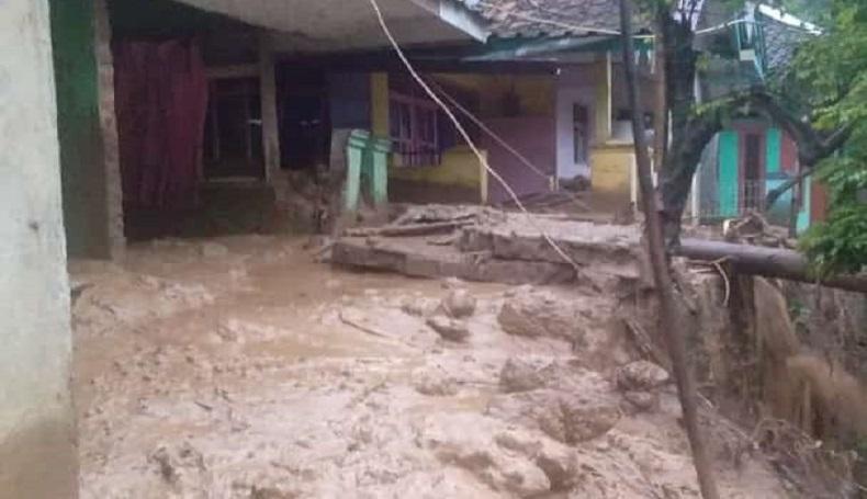 Kampung Babakan Cingkeuk Cianjur Diterjang Longsor, Sejumlah Rumah Tertimbun
