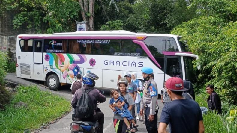 Gegara Google Maps, Bus dari Bandung Nyangkut di Kelok 44 Agam