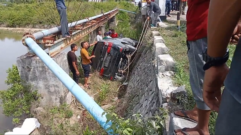 Sopir Mengantuk, Avanza di Pidie Jaya Jatuh ke Bibir Jembatan