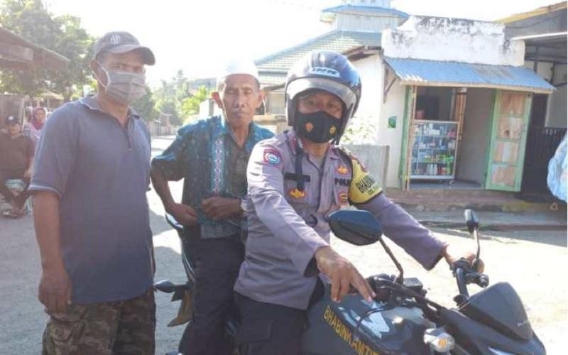 Pakai Motor Dinas, Bhabinkamtibmas di Sumbawa Antar Jemput Lansia untuk Vaksin Covid-19