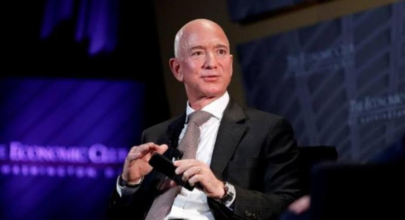 Orang Terkaya di Dunia Jeff Bezos Akan Terbang ke Luar Angkasa Bulan Depan