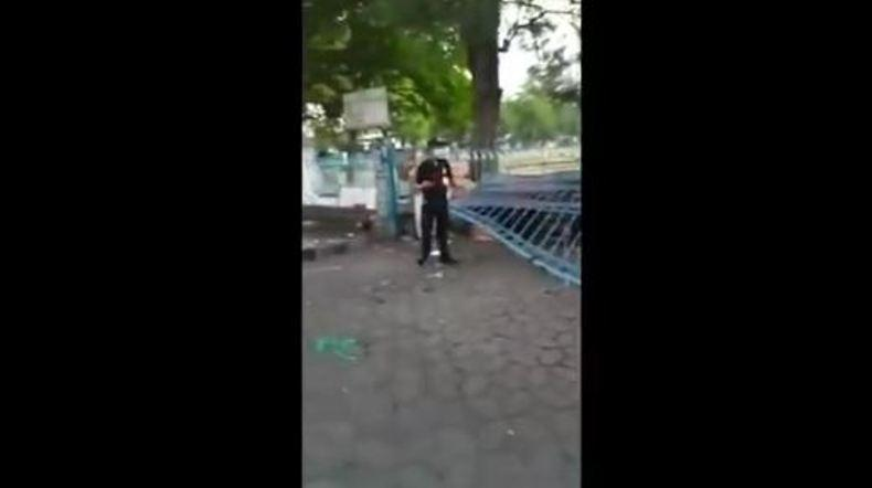 Naik Motor Boncengan, 2 Remaja Tabrak Pintu Pagar Alun-alun Utara Keraton Solo