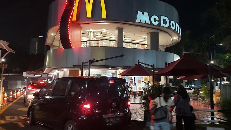 Timbulkan Kerumunan, Petugas Minta McDonald's Surabaya Tutup Sementara