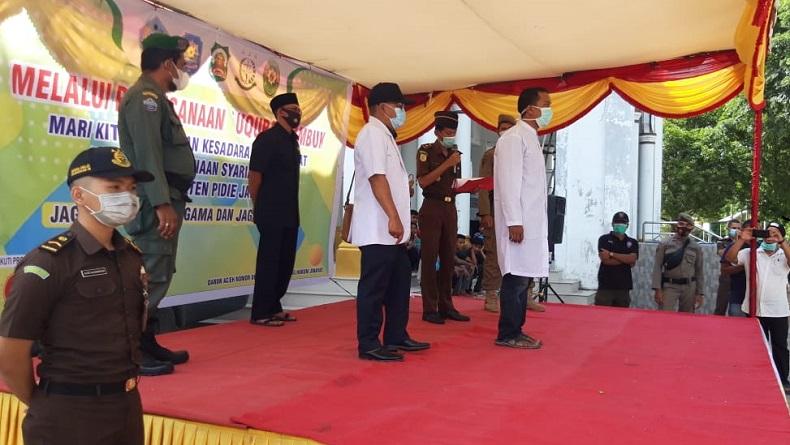 3 Pejudi Online Dihukum Cambuk di Depan Masjid Teungku Chik Pante Geulima