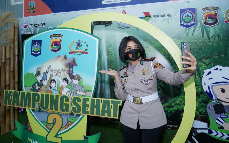 Polwan Cantik Iptu Rita Ajak Warga Swafoto di Photobooth Kampung Sehat 2, Ada Hadiahnya