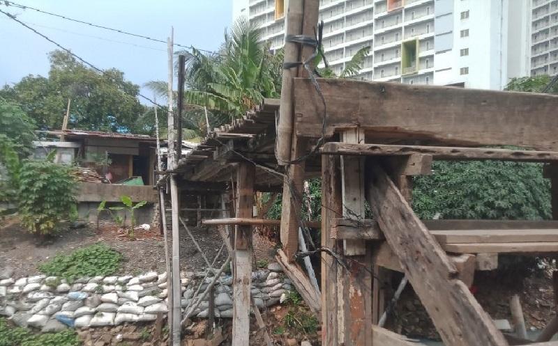 Miris, Jembatan Penghubung 2 Kampung di Kebon Jeruk Nyaris Ambruk Bersanding dengan Apartemen Megah