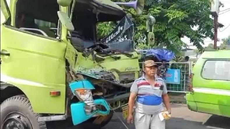 Dua Truk Tabrakan di Jalan Daan Mogot, Sopir Terjepit