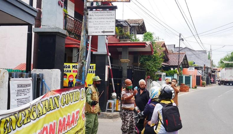 Petugas Satgas Covid-19 Jaga Akses Masuk ke Setiap Wilayah RW di Cimahi