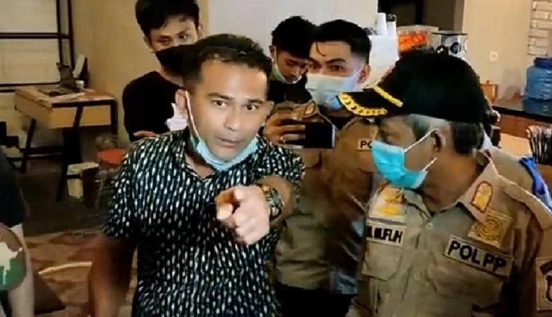 Razia Jam Malam, Pemilik Kafe Adu Mulut Menolak Penyitaan Kursi dan Meja