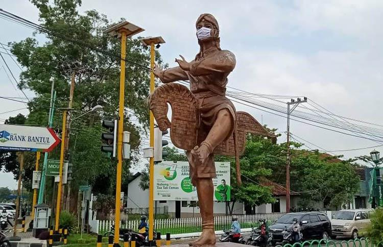 Ajak Masyarakat Disiplin Protokol Kesehatan, Relawan Bantul Pasang Masker pada Patung Jathilan