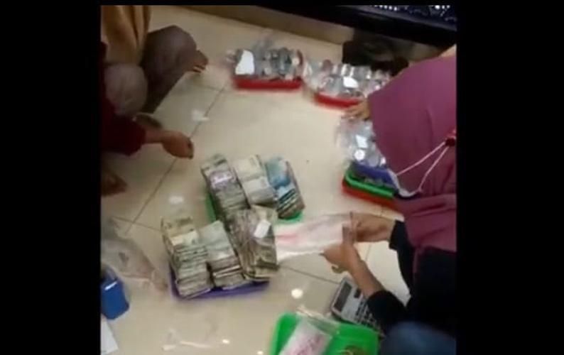 Viral, Kakek di Brebes Bawa Uang Receh Dua Karung Beli Emas 28 Gram