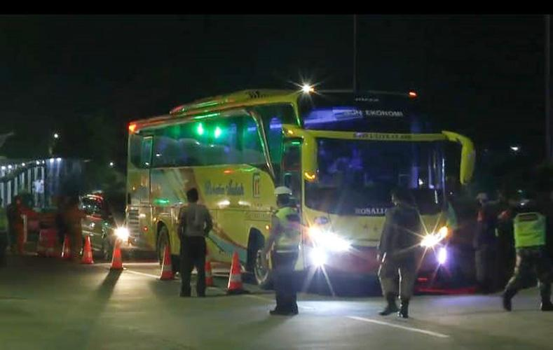 Penyekatan di Gerbang Tol Weleri Kendal, Ratusan Kendaraan Dipaksa Putar Balik