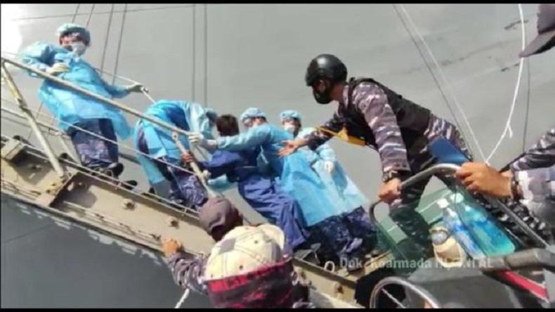 KRI Tatihu-853 Evakuasi 3 Nelayan yang Tenggelam dan Ditolong Kapal AL Jepang