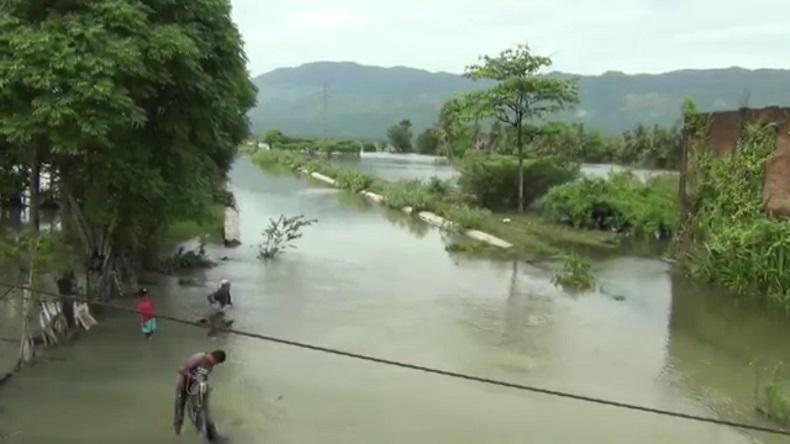 Warga Aceh Besar Menjala Ikan di kala Banjir