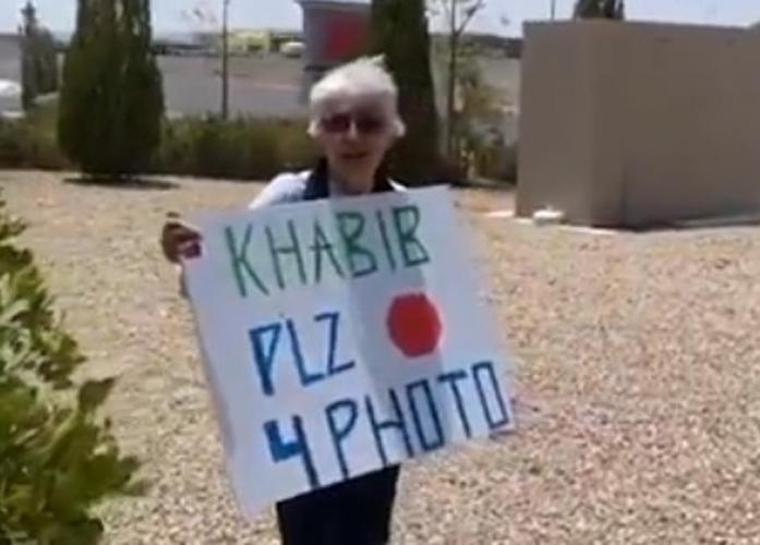 Nenek 66 Tahun Panas-Panasan Demi Foto Bareng Khabib, Endingnya Bahagia
