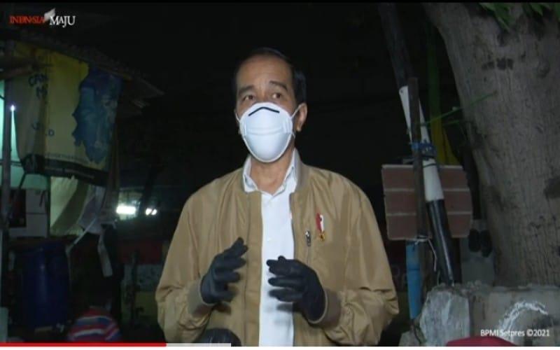Mengawali Penyaluran Sembako dan Obat, Malam-Malam Presiden Jokowi Temui Warga