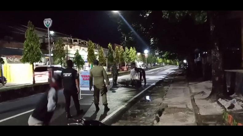 Pemuda Mabuk Panik Hindari Operasi Yustisi, Motor Jatuh Langsung Diamankan Petugas