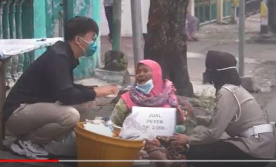 Ketakutan Didatangi Polisi, Mbah Umi Penjual Peyek di Sidoarjo yang Viral Senang Dapat Bantuan