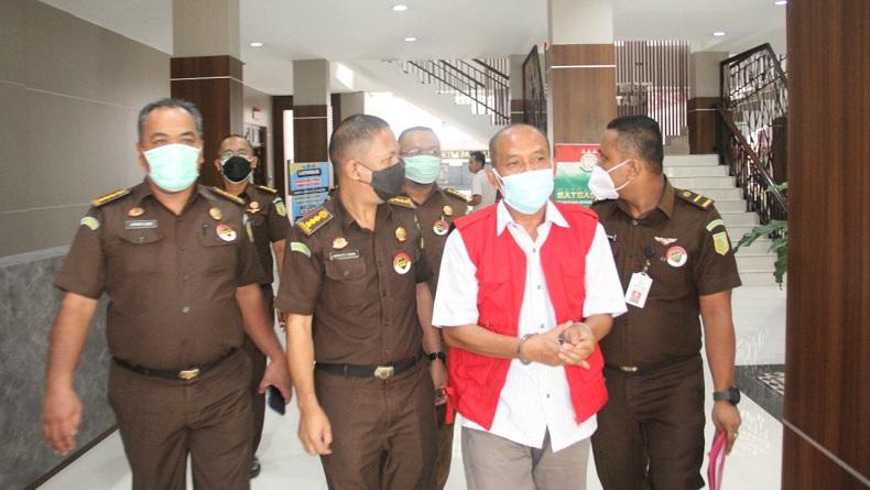 Penampakan Mantan Pimpinan Bank Sumut saat Akan Ditahan terkait Dugaan Korupsi Rp35 Miliar