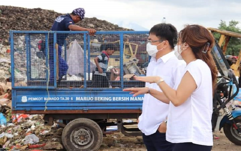 Isi Liburan Idul Adha, Wali Kota Manado dan IstriKunjungi TPA Sumompo