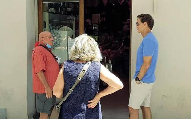 Momen Roberto Mancini Pulang Kampung: Ngobrol dengan Warga Sambil Ngantre Beli Daging