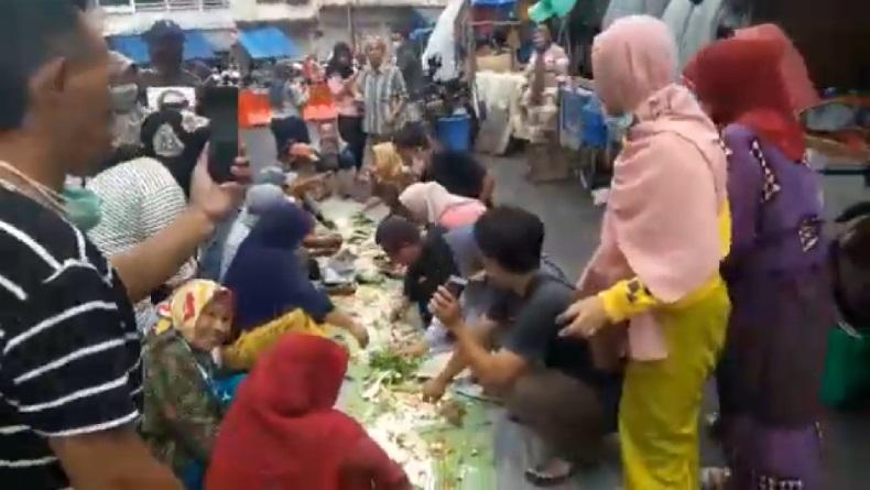 Viral Video Warga Berkerumun Makan Nasi Liwet di Tengah Jalan Kota Tasikmalaya