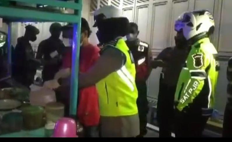 Patroli Skala Besar, TNI-Polri Tutup Warung PKL di Banyumas dengan Cara Ini
