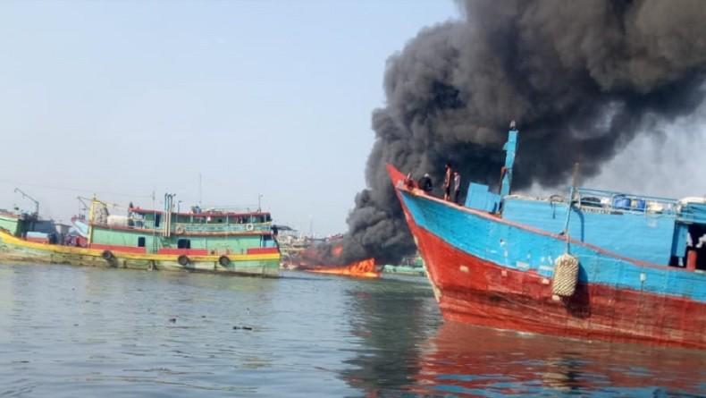 Kapal Terbakar di Pelabuhan Muara Baru, 25 Personel Damkar Berjibaku Padamkan Api